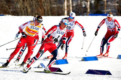 Fellesstarten under verdenscupen i Falun 2013. I front ser vi Marit Bjørgen. Foto: Felgenhauer/NordicFocus.