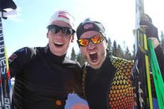 Andrew Musgrave og Martin Johnsrud Sundby jubler etter å ha sikret NM-gullet i lagsprint til Røa IL på Budor i Løten 2013. Foto: Erik Borg.