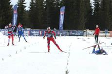 Hilde Losgård Landheim sikrer seieren på fellesstarten i norgescupfinalen 2013 på Budor foran Ingeranne Strøm Nakstad. Marthe Bjørnsgaard ligger nede etter fall. Foto: Erik Borg.