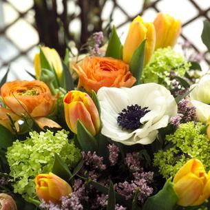 5_paske_tulipaner_ranunculus_bukett_naer_1000x1000