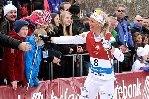 Magdalena Pajala takker publikum etter at hun vant Mosjøen Sprint 2013. Foto: Foto: Per Vikan/Helgeland Arbeiderblad