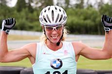 Sandra Hansson stråler etter å ha vunnet det 40 km lange turrennet i Rudskogen Rulleski Grand Prix 2013. Foto: Geir Nilsen/Langrenn.com.
