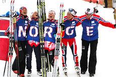 Landslagstrener Egil Kristiansen med GULL-jentene fra VM-stafetten i Val di Fiemme 2013. Fra venstre: Weng, Johaug, Steira og Bjørgen. Foto: Laiho/NordicFocus.