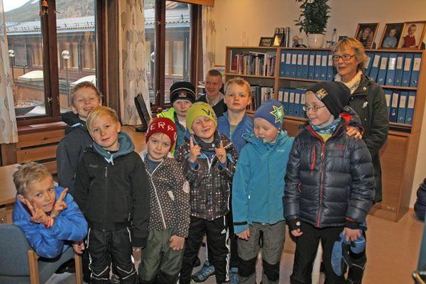 På biletet ser vi 3. klasse ved Loar skule på besøk på kontoret til administrasjonssjef Ola Helstad