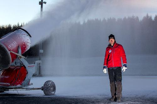 Skiforeningen har startet snøproduksjon 20. november 2013. Foto: Foto: Magnus Nyløkken.