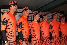 Thomas Alsgaard (t.v.) og flere av Team LeasePlan Go-løperne viser frem sine nye tigerdrakter. Én slik med signatur fra Alsgaard og lue signert alle auksjoneres nå bort. Foto: Erik Borg.