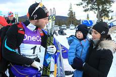 Martin Johnsrud Sundby med sin samboer Marieke Heggeland og deres sønn Markus under den nasjonale sesongåpningen på Beitostølen. Foto: Erik Borg.