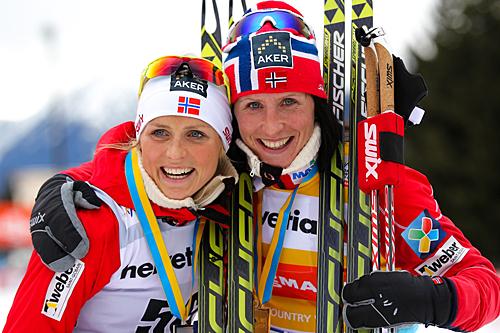 F.v.: Therese Johaug (2.) og Marit Bjørgen (1.) dominerte 15-kilometeren i Davos 2013. Foto: Laiho/NordicFocus.
