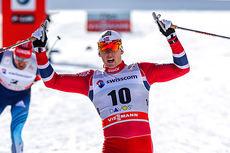 Anders Gløersen strekker armene i været i det han krysser målstreken vel vitende om at han akkurat har tatt sin første verdenscupseier på nesten fire år. Det skjedde på sprinten i Davos. 2013. Foto: Laiho/NordicFocus.