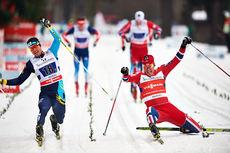 En særdeles myk og smidig Ola Vigen Hattestad får presset skotuppen foran Alexey Poltoranin og sikrer med det Norge seieren i lagsprinten i Asiago i desember 2013. Like bak går Eirik Brandsdal Norges 2. lag inn til 3. plass. Foto: Felgenhauer/NordicFoc