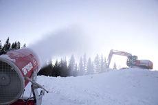 Snøproduksjonsanlegg i full gang i forkant av verdenscupen på Lillehammer i desember 2013. Foto: Manzoni/NordicFocus.