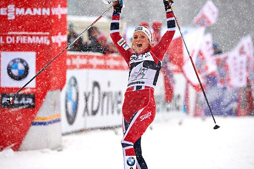 Therese Johaug har her nettopp besteget monsterbakken Alpe Cermis og vunnet Tour de Ski 2013/2014. Foto: Felgenhauer/NordicFocus.