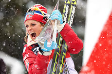 Therese Johaug jubler med troféet som beviser at hun er vinner av Tour de Ski 2013/2014. Foto: Felgenhauer/NordicFocus.