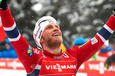 Martin Johnsrud Sundby strekker armene i været og jubler over sammenlagtseieren i Tour de Ski 2013/2014. Foto: Felgenhauer/NordicFocus.
