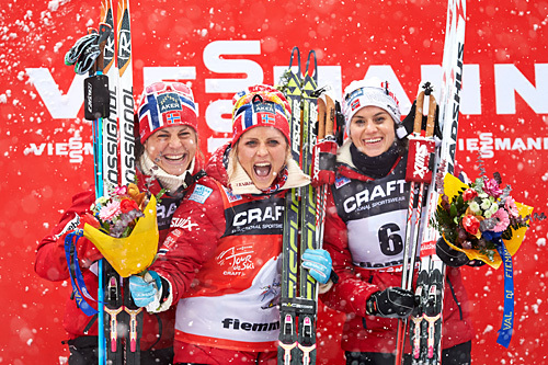 Topp tre i Tour de Ski 2013/2014 var alle norske. Fra venstre: Astrid Uhrenholdt Jacobsen (2.), Therese Johaug (1.) og Heidi Weng (3.). Men også nasjonskampen for både kvinner og menn ble vunnet av Norge. Foto: Felgenhauer/NordicFocus.