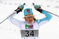 Therese Johaug krysser målstreken i snøføyka under NM del 1 i Lillehammer. Det ble gull med god margin i 10 kilometer klassisk. Foto: Geir Nilsen/Langrenn.com.