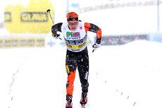 I tett snødrev går Simen Andreas Sveen inn til 3.-plass og bronse på 15 kilometer klassisk under NM del 1 i Lillehammer 2014. Foto: Geir Nilsen/Langrenn.com.