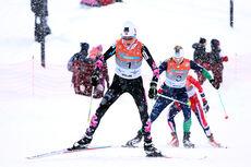 I det tette snødrevet tar Kristin Størmer Steira sjansen på å stikke fra Astrid Uhrenholdt Jacobsen og Heide Weng etter skibyttet. Rykket resultert i et klart NM-gull og en skinnende blank Kongepokal på 15 km skiathlon under NM på Lillehammer 2014. Foto: Geir Nilsen/Langrenn.com.