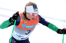 Astrid Uhrenholdt Jacobsen underveis i fellesstarten med skibytte under NM del 1 i Lillehammer 2014. Det endte med sølv. Foto: Geir Nilsen/Langrenn.com.