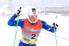 På vei mot NM-gull og Kongepokal for Martin Johnsrud Sundby i skøytedelen av 30 km med skibytte under NM på Lillehammer 2014, et mesterskap preget av kraftig snøvær hver eneste dag. Foto: Geir Nilsen/Langrenn.com.