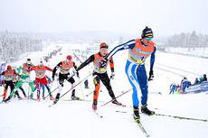 Petter Northug jr. gikk inn til bronse på 30 km med skibytte under NM på Lillehammer 2014.  Akkurat her leder han løpet med Simen Andreas Sveen som nærmeste forfølger. Foto: Geir Nilsen/Langrenn.com.