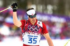 Dario Cologna går i mål som vinner av 15 km klassisk og inn til sitt andre OL-gull under lekene i Sotsji 2014. Foto: NordicFocus.