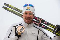 Emil Jönsson med bronsemedaljen han vant i den individuelle sprinten under OL i Sotsji 2014. Foto: NordicFocus.