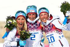 Slik var seierspallen etter 30 km fellesstart i fristil under Sotsji-OL 2014. Fra venstre: Therese Johaug (2. plass), Marit Bjørgen (1) og Kristin Størmer Steira (3). Foto: NordicFocus.