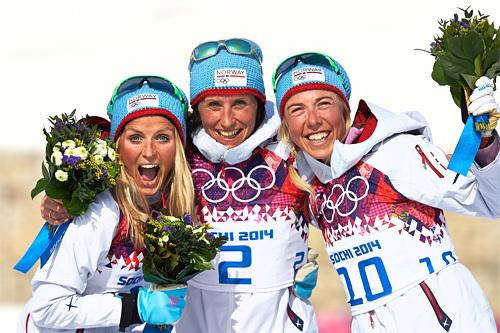 Seierspallen på 30 km fellesstart i fristil under Sotsji-OL 2014. Fra venstre: Therese Johaug (2. plass), Marit Bjørgen (1) og Kristin Størmer Steira (3). Foto: NordicFocus.