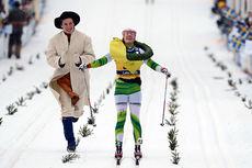 Laila Kveli har fått kransen av kransmas Daniel Svensson og går i mål som vinner av Vasaloppet 2014. Foto: Rauschendorfer/NordicFocus.