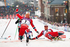 Ola Vigen Hattestad (t.h.) greier akkurat å få tåa foran Pål Golberg, og vinner dermed verdenscupsprinten i Drammen 2014. Foto: Felgenhauer/NordicFocus.