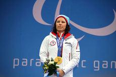 Marianne Marthinsen med gullmedaljen hun vant i sprint sittende under Paralympics i Sotsji 2014. Foto: Anne R. Kroken.