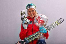 Therese Johaug med troféet som viser at hun var best i verdenscupsesongen 2013/2014. Foto: Felgenhauer/NordicFocus.