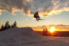 Spenstige langrennsløpere og skiskyttere i Oslo Vinterpark. Foto: Kristian Aalerud & kompiser/YouTube.