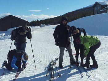 Ikkje lett å få på ski første gong!