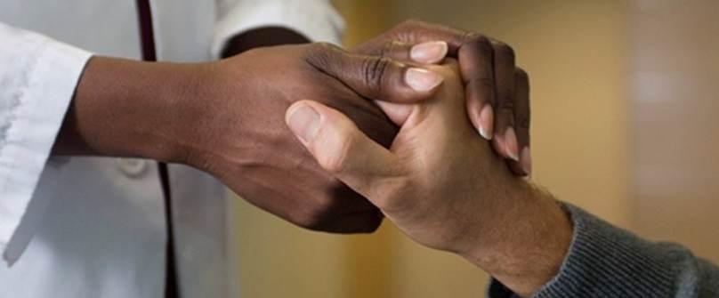 Hender holder rundt ei hånd