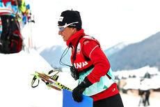 Guri Hetland ute på jobb som sveitsisk landslagstrener under et verdenscuprenn i Davos. Foto: Felgenhauer/NordicFocus.