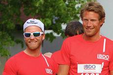Martin Johnsrud Sundby, til venstre, og Simen Østensen under BDO-Mila på Lillestrøm i mai 2014. I mål ble de i nevnt rekkefølge nummer 3 og 1. Foto: BDO.