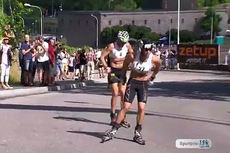 Johan Kjølstad tar en av spurtprisene foran Anders Aukland i Alliansloppet 2013. Aukland vant rennet totalt. Foto: Alliansloppet/YouTube.