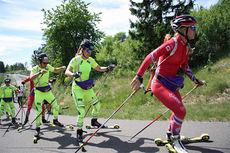 Tiril Eckhoff i front av feltet under Swix og Skiskytterforbundets lansering av deres samarbeide i Holmenkollen i juni 2014. På hjul følger Synnøve Solemdal og Emil Hegle Svendsen. Foto: Geir Nilsen/Langrenn.com