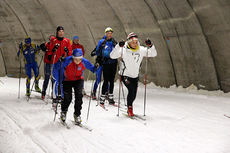Fra Torsby Sommarskidskola 2014. I front av gruppa ser vi Axel Ribbholm, Landsbro, som sprinttrener mot den ferske OL-medaljøren Stina Nilsson. Foto: Leif Skogsberg.