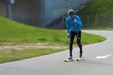 Nikita Krikuov trener diagonalgang på rulleski. Skjermdump fra YouTube-kanalen til det russiske skiforbundet.