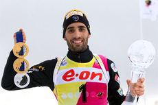 Martin Fourcade på verdenscupen i skiskyting i Holmenkollen 2014. Her med sine OL-medaljer og verdenscupkrystall. Foto: Manzoni/NordicFocus.