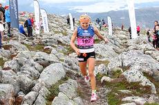 Aure IL arrangerer blant annet motbakkeløpet Fonna Opp som inngår i Toppidrettsveka. Her med Therese Johaug, vinner av 2014-utgaven. Foto: Geir Nilsen/Langrenn.com.