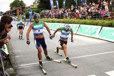 Petter Northug tar spurten på sprinten i Aure under Toppidrettsveka 2014 med noen centimeter foran Eldar Rønning. Foto: Geir Nilsen/Langrenn.com.