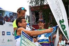 Pallgutta Petter Northug (1. plass), Eldar Rønning (2) og John Kristian Dahl er rampete og starter vannkrig på premiesermonien etter sprinten i Toppidrettsveka i Aure 2014. Videofoto: Gjermund Midtbø.