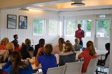 Astrid Uhrenholdt Jacobsen holder foredrag for de unge talentene på Superski Sommerskiskole 2014. Foto: Superski.