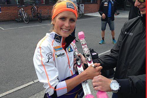 Therese Johaug signerer et par rulleski fra IDT Sports som nå kan bli dine. Foto: IDT Sports.