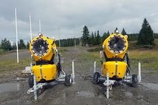 Snøkanoner som skal sørge for løyper på Gålå senest 1. november. Foto: Arne Kjelsnes.