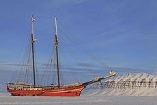 Turoperatøren tilbyr overnatting i en innfrossen seilbåt. Foto: Hvitserk.